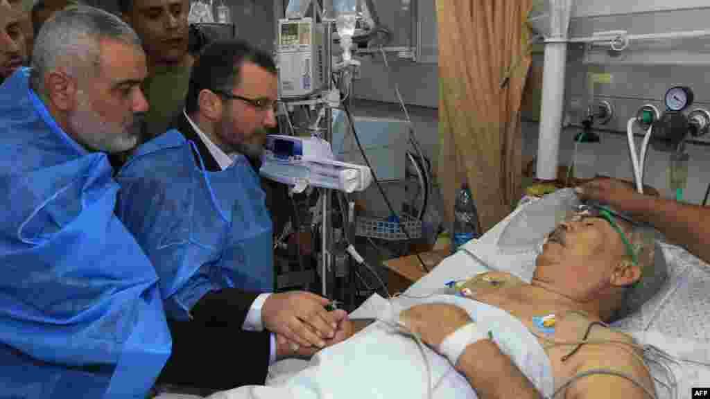 Vođa Hamasa u Gazi Ismail Hanija (lijevo) i egipatski premijer Hišam Kandil (desno) u posjeti osobi koja je povrijeđena u izraelskom zračnom napadu, 16. novembar 2012.