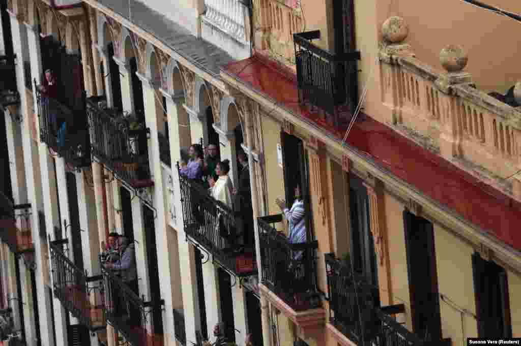 Аби підтримати медиків, люди виходять на балкони власних домівок та голосно аплодують. На фото жителі однією з багатоповерхівок Мадриду