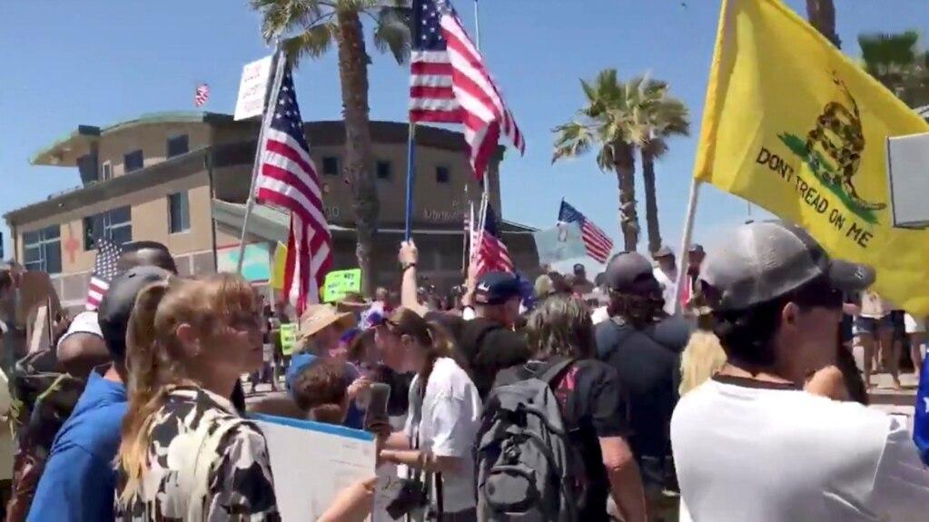 Protest građana koji traže prekidanje mera ograničenja u SAD, sa ciljem obnavljanja poslova i privrednog života. San Diego, 26. april 2020.