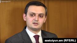 Замминистра финансов Арман Погосян беседует с журналистами, Ереван, 1апреля 2019 г.