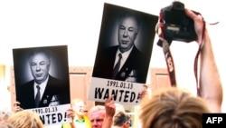 Акция протеста у российского посольства в Вильнюсе по поводу освобождения отставного полковника КГБ Михаила Головатова