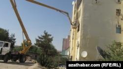 Демонтаж спутниковых антенн со здания жилого дома в Ашгабате. 15 июля 2015 года.