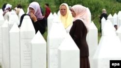 Porodice žrtava na mezarju u Memićima, kod Zvornika, ilustracija