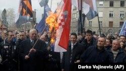 Војислав Шешељ пред три години го палеше хрватското знаме пред Врховниот суд на Србија