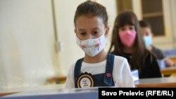 Илустрација - Ученици со заштитни маски на час