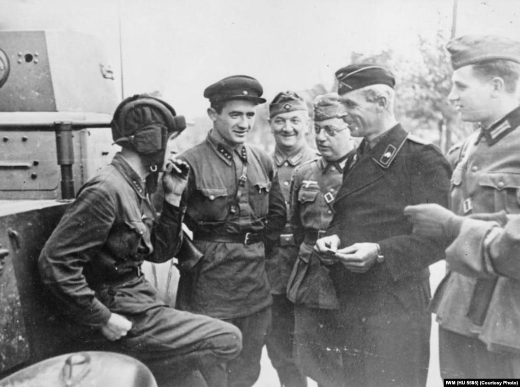 Савецкія і нямецкія вайскоўцы ў захопленым Берасьці, дзе яны наладзілі супольны парад перамогі 22 верасьня 1939 году.