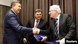 Едуард Ставицький (у центрі), Президент України Віктор Янукович і голова Shell Петер Фозер після підписання угоди про розподіл продукції, Давос, 24 січня 2013 року