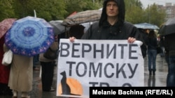 A protester expresses his support for Tomsk TV-2.