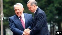 Түркияның премьер-министрі Режеп Тайып Ердоған (оң жақта) мен Қазақстан президенті Нұрсұлтан Назарбаев. Алматы, 11 қазан 2012 года.