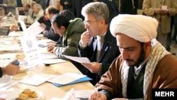 داوطلبان نمایندگی در حال ثبت نام در هشتمی دوره انتخابات مجلس شورای اسلامی در دی ماه ۸۶