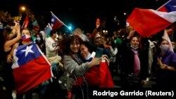 Прыхільнікі зьмены Канстытуцыі ў Чылі радуюцца пасьля агучваньня вынікаў рэфэрэндуму, 25 кастрычніка 2020