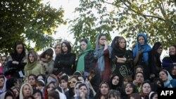 Иранские женщины наблюдают за футбольным матчем отдельно от мужчин.