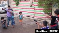 أطفال ببغداد فرحون بأسلحتهم البلاستيكية