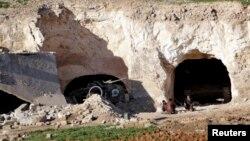 مقاتلون معارضون سوريون خارج مخابئهم قرب حماه