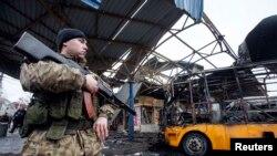 Donetskdə mərmi düşmüş avtobus dayanacağı
