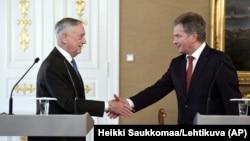 وزیر دفاع آمریکا (چپ) و رئیسجمهور فنلاند پس از کنفرانس مطبوعاتی مشترک در هلسینکی