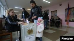 По положению на 17:00 на выборах в парламент Армении проголосовало около 40% от общего числа избирателей
