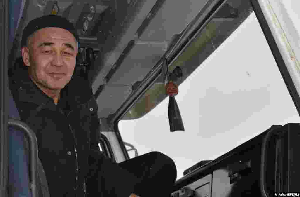 """Айдос Иванов, водитель компании """"Акжар-Восток"""" из Байганинского района Актюбинской области, говорит, что на завод он добирался двое суток из-за бурана, но теперь не может попасть на территорию завода из-за спецоперации."""