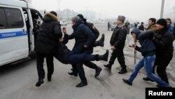 Полиция теңгенің күрт құнсыздануына қарсылық танытқандарды ұстап әкетіп жатыр. Алматы, 15 ақпан 2014 жыл. Көрнекі сурет.