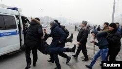 Полиция теңге девольвациясына қарсылық танытқандарды ұстап әкетіп барады. Алматы, 15 ақпан 2015 жыл. (Көрнекі сурет).