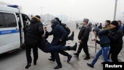 Полиция девальвацияға қарсы шеруге шыққан азаматтарды ұстап жатыр. Алматы, 15 ақпан 2014 жыл. (Көрнекі сурет)