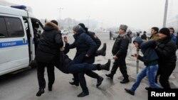 Алматыда наразылық акциясына шыққан азаматтарды полиция ұстап жатыр. 15 ақпан 2014 жыл