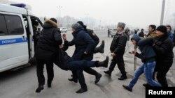 Полицейские задерживают участников несанкционированного властями митинга против девальвации тенге. Алматы, 15 февраля 2014 года.