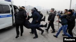 Полицейские задерживают вышедших на акцию протеста против одномоментной девальвации тенге. Алматы, 15 февраля 2014 года.