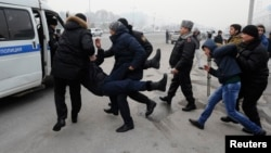 Митингіге қатысушыларды тұтқындаған сәт. Алматы, 15 ақпан 2014 жыл