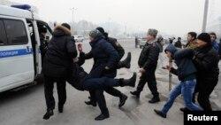 Полиция шеруге шыққан азаматтарды әкетіп барады. Алматы, 15 ақпан 2014 жыл. (Көрнекі сурет)
