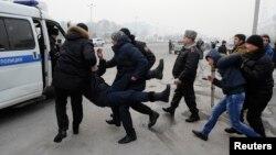 Полиция задерживает участников митинга против девальвации тенге в Алматы. 15 февраля 2014 года.