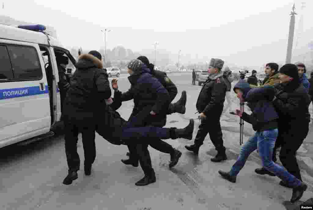 Полиция действует по такому сценарий задержания участников протестных акций и выступлений не первый год. Задержания применялись и во время митингов проблемных заемщиков ипотеки, обманутых дольщиков и прочих. На это фото полицейские тащат в микроавтобус участника неразрешенной акции протеста против одномоментной девальвации тенге. Алматы, 15 февраля 2014 года.
