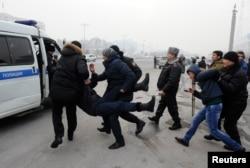 Полицейские задерживают участников акции протеста после девальвации тенге. Алматы, 15 февраля 2014 года.