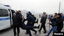 Теңге девальвациясына қарсы акция өткізгендерді полиция ұстап әкетіп барады. Алматы, 15 ақпен 2014 жыл
