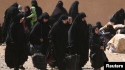 Сирияның Ракка қаласынан қашқан әйелдер. Көрнекі сурет