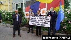 Активистлар Киевта Германия илчелеге каршындагы пикетта