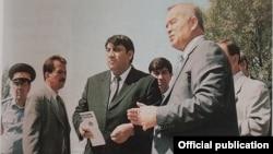 """Ушбу расмда Ислом Каримов """"Шаҳидлар"""" ҳиëбонидаги монумент қурилишини муҳокама қилмоқда.1999 йилнинг 27 августи."""