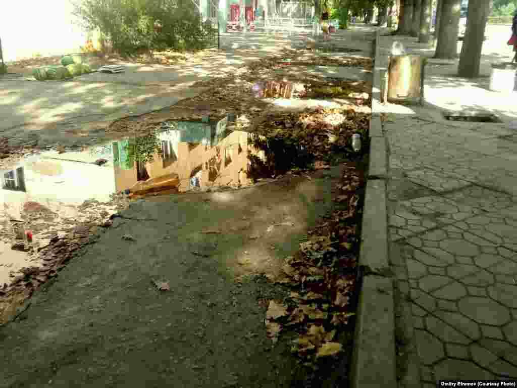 """И за отрицательным примером не пришлось далеко идти! Тротуар на проспекте Чуй в районе """"Востока-5"""" больше похож на проселочную дорогу, чем на центральную улицу."""