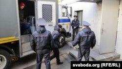 Задержанных участников протестов доставляют в суд в Минске, Беларусь, 27 марта 2017