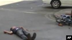 تصویری ویدئویی از یک معترض سوری در شهر حمص که روی زمین افتاده است.
