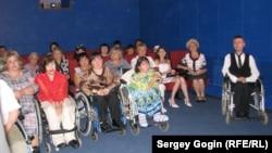 Первые зрители нового кинозала. Фото Сергея Гогина.