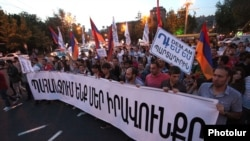 Armenia - Workers demonstrate against a controversial pension reform, Yerevan, 8May2014.