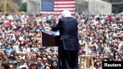 برنی سندرز در یکی از سخنرانیهای تبلیغاتیاش در ایالت کالیفرنیا که عموما با استقبال پرشور جوانان روبهرو میشود.