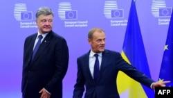 Президент України Петро Порошенко і голова Євросоюзу Дональд Туск (праворуч)