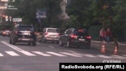 Того дня біля бокового заїзду до офісу президента чекали автівки охорони міністерського кортежу