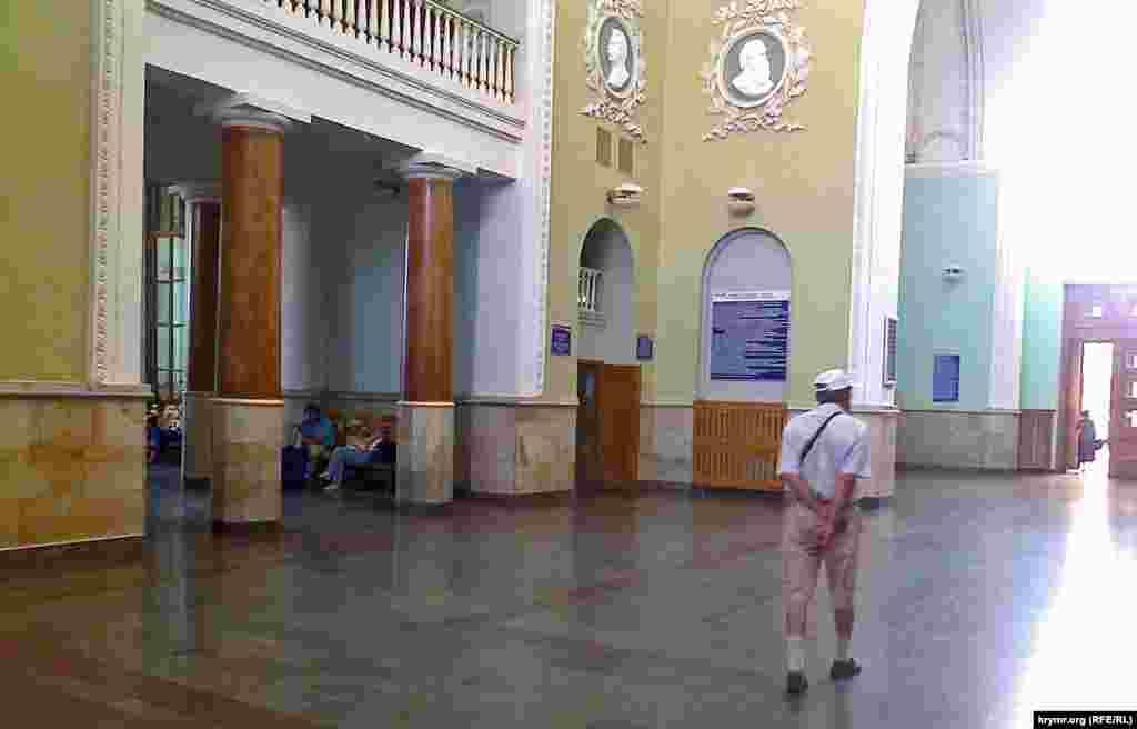 Все працює, всі служби: довідкова, чергові по вокзалу, зали очікування, платні туалети, навіть каса одна відчинена