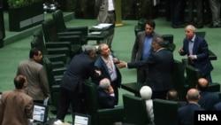 خلیل آقایی، معاون پارلمانی وزیر جهاد کشاورزی میگوید که نماینده آمل در مجلس، یقه پیراهنش را پاره کرده است.