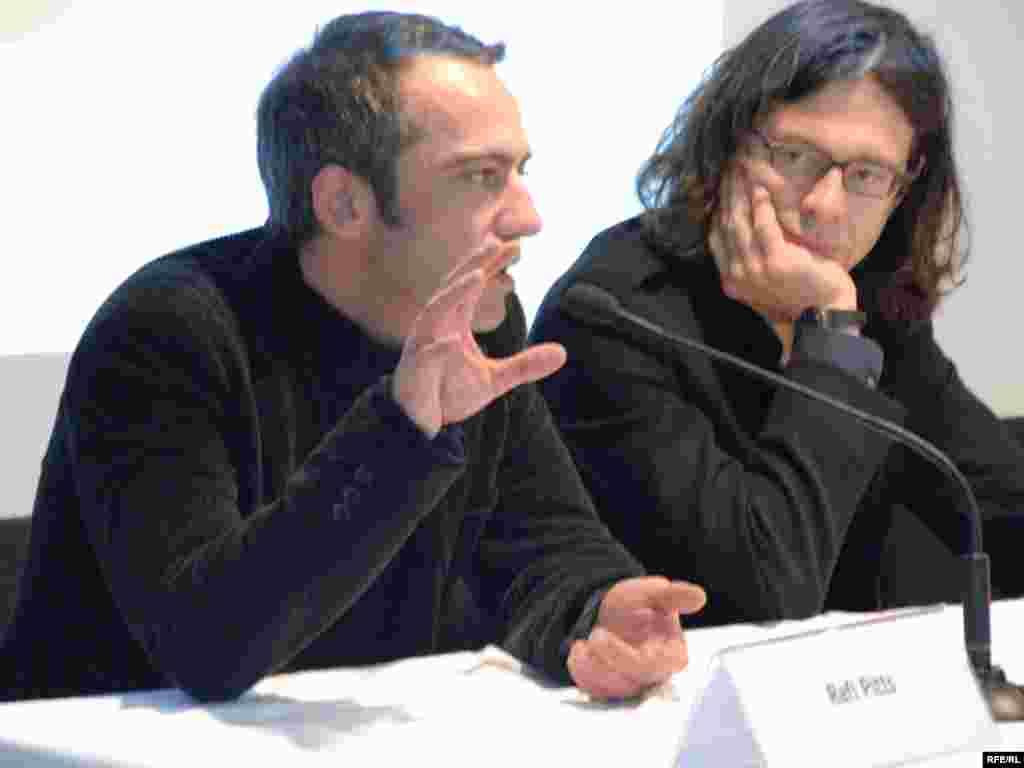 رفیع پیتز، کارگردان ایرانی (چپ)