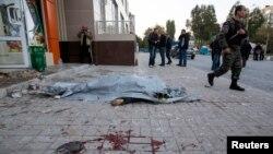 Тіло жертви лежить на тротуарі після одного з обстрілів у Донецьку, 8 жовтня 2014 року