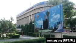 Абай атындағы ҚазҰПУ-дың бас корпусы. Алматы, 1 шілде 2012 жыл.